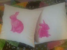 Kohti pääsiäistä. Mustesuihkutulostimella printatut pupu -kuvat tyynyllä.