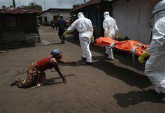 """John Moore Trauernde Frau in Liberia Erschienen in """"Süddeutsche Zeitung Jahresrückblick"""""""