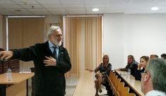 Ο σκηνοθέτης Γιάννης Σμαραγδής στην Κέρκυρα, προετοιμάζοντας την ταινία Αγάπης ΚΑΠΟΔΙΣΤΡΙΑΣ Conference Room, Meeting Rooms