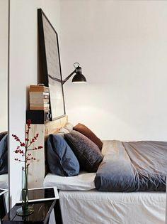 lampe de lecture, murs blancs, chambre a coucher, lit en bois, linge de lit gris