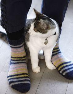 Dejlig varme strømper strikket på 2 pinde - Hendes Verden Crochet Socks, Knit Crochet, Boot Cuffs, Leg Warmers, Cardigans, Stockings, Knitting, Cats, Animals