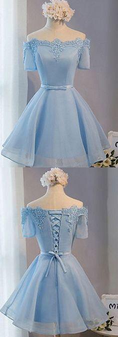 Vestido corto.con un lindo color,  Y con un bello corset en la parte de la espalda.