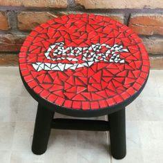 Peça m madeira com aplicação de mosaico. Banquinho da Coca Cola.