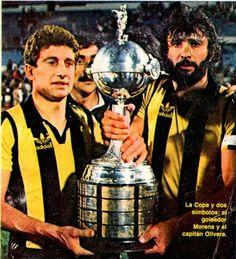 """Fernando Morena y Walter """"el Indio"""" Olivera levantan la Copa Libertadores de América conquistada en 1982, tras vencer en la final a Cobreloa de Chile"""