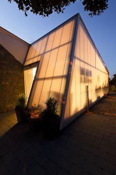 Une extension destinée à accueillir l'espace vente de la pépinière. Uitbreiding bestemd als verkoopruimte van de boomkwekerij. www.specimenarchitects.com #architecture #projet