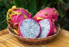 SOUND: https://www.ruspeach.com/en/news/10484/     Драконов фрукт также известен как Питайя. Это съедобные плоды кактуса. Они имеют необычную форму и яркий розовый цвет. Драконов фрукт растет в Мексике, Центральной и Южной Америке, а также в Тайланде и Вьетнаме, в Японии и Китае, а также в некоторых других странах. Питайя бывает розовой или желтой. Желтые фрукты более редкие и более дорогие. Вкус питайи похож на киви. Питайя содержит до 90 % воды и много железа, кальция и фос