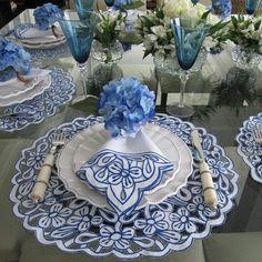 Apaixonada pelo novo jogo americanos de richelieu branco e azul! #tablescape #tabledecor #tableware #receberbem #vocemerece #decor #mesaposta #decoração #enxoval #noivas #mesadodia
