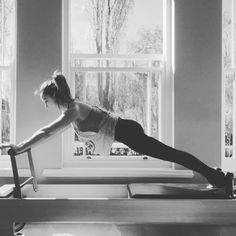 Get your #heartrate up whilst strengthening #transverseabdominals #arms #lats #quads and #shoulders with this great exercise on the #reformer #kneestretch #kneesoff #pilates #pilatesreformer I used red and blue spring-load ❤️