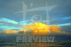 Uma pessoa admira o por-do-sol na Praia da Ribanceira no municipio de Imbituba, SC.