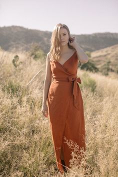 Paprika rust bridesmaid dress in linen. This is a wrap dress with v neckline and sash perfect for a boho style wedding and beach ceremony. Bridesmaid Dresses Australia, Summer Bridesmaid Dresses, Mustard Bridesmaid Dresses, Backyard Wedding Dresses, Dress Wedding, Maid Of Honour Dresses, Maxi Robes, Dress Picture, Mermaid Dresses