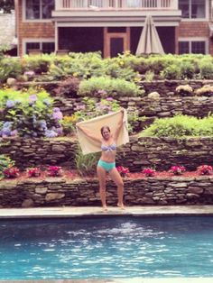 I love Kelly's ((Britt)) bathing suit! She's at the Hampton's with her long time bf Bryan ((Morgan))