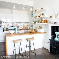 Diese offene Küche überzeugt mit einem Mix aus alt und neu. Der blaue Kitchenaid-Mixer im Vintage-Stil und der alte Ofen sind ein guter Kontrast zu den …