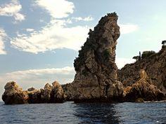 Taormina (ME) - uno scoglio-faraglione dalla caratterisrtica forma allungata e ricoperto da fichi d'india emerge nella Baia di Isola Bella | da Lorenzo Sturiale