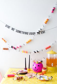 Make a DIY toilet paper roll candy garland perfect to colorize your Halloween party with ASTROBRIGHTS Décoration Table Halloween, Halloween Orange, Diy Halloween Garland, Easy Halloween Crafts, Halloween Birthday, Cute Halloween, Holidays Halloween, Halloween Decorations, Fall Crafts