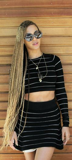 Who made Beyonce Knowles' black stripe cropped top and white flare skirt? Who made Beyonce Knowl Solange Knowles, Beyonce Knowles Carter, Box Braids Hairstyles, Protective Hairstyles, Protective Styles, Beyonce Hairstyles, Beyonce Show, Beyonce Style, Estilo Beyonce