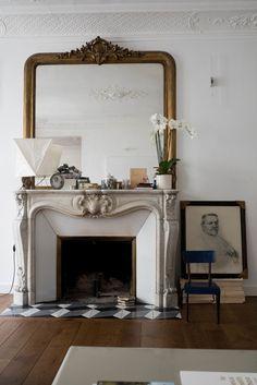 Parisian fireplace with Vintage family photos via houseofvalentina Parisian Decor, Parisian Apartment, Apartment Interior, Apartment Living, Vintage Family Photos, Fireplace Mantels, Fireplaces, Mantle, Fireplace Decorations