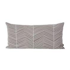 Dieses schmucke Wohnkissen von Ferm Living nennt sich Herringbone, und wird aus ökologischem Baumwollscanvas hergestellt. Das optisch ansprechende Fischgrätenmuster in der Farbstellung grau/weiß wird von Hand aufgedruckt.
