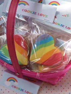 preciosas galletas de corazón color arcoiris