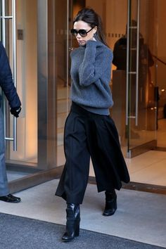 Victoria Beckham: her most beautiful looks in pictures - Fashion looks: Exactly 2 days before Fashion Week, Victoria uses a turtleneck and midi skirt, becau - Moda Victoria Beckham, Victoria Beckham Outfits, Victoria Beckham Style, Victoria Beckham Clothing, Victoria Beckham Fashion, How To Wear Culottes, Culottes Outfit, Fall Winter Outfits, Autumn Winter Fashion