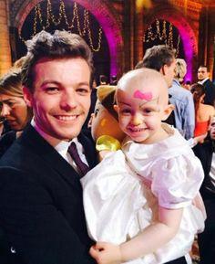 Essa menininha tem 3 anos e  ficou seguindo Louis o tempo todo ontem, tão inteligente.. Ela me representa
