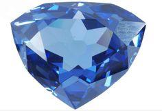 """Cette réplique en zircone cubique bleue permet de retrouver ce que c'était le """"Bleu de France"""", aussi nommé """"diamant bleu de la Couronne"""". Ce diamant de 69 carats fut taillé à partir du diamant bleu de Jean-Baptiste Tavernier acquis par Louis XIV. Le roi le confia à Jean Pittan qui créa un intrigant motif de sept facettes à l'arrière tel un soleil et ses sept planètes."""