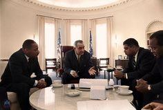 krk_ De blanco y negro a color:Lyndon Johnson reunido con los líderes del Movimiento de los Derechos Civiles de la década de 1960.