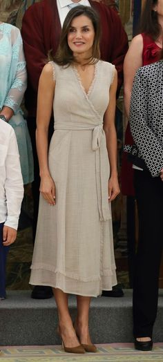 Spanish R. IV Queen Letizia, by Adolfo Domínguez at an audience in Zarzuela. July 2018 you can find similar pins below. We have brought the best o. Beautiful Casual Dresses, Fabulous Dresses, Simple Dresses, Day Dresses, Summer Dresses, Royal Fashion, Look Fashion, Fashion Outfits, Estilo Real