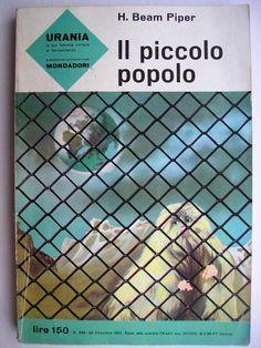 """Il romanzo """"Il piccolo popolo"""" (""""Little Fuzzy"""") di H. Beam Piper è stato pubblicato per la prima nel 1962. È il primo libro della serie Fuzzy. In Italia è stato pubblicato da Mondadori nel n. 298 di """"Urania"""" e nel n. 19 di """"Oscar Ragazzi"""" nella traduzione di Bianca Russo. Immagine di copertina di Karel Thole per l'edizione Urania. Clicca per leggere una recensione di questo romanzo!"""