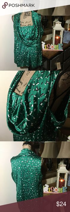 Ann Taylor Green Sleeveless Blouse Ann Taylor Green Sleeveless Blouse; this is a great top that has green with black/white all around & has a zipper on the side; it is gently used and is in overall good condition; size 16 Ann Taylor Tops Blouses
