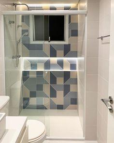 Azulejo para banheiro: 70 ideias incríveis para renovar o seu espaço Bathroom Design Decor, Shower Remodel, House Bathroom, Beadboard Bathroom, Toilet Design, Bathroom Tile Designs, Bathroom Design Small, Bathroom Design, Old House Decorating