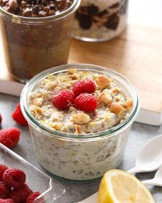 With mashed bananas and Greek yogurt, these Creamy Banana Overnight Oats are the perfect start to the day! Make a batch of these overnight oats today, and enjoy for breakfast all week long. This healthy overnight oats recipe is calling your name! Plats Weight Watchers, Weight Watchers Desserts, Healthy Snacks, Healthy Recipes, Healthy Fit, Healthy Pumpkin, Oatmeal Recipes, Healthy Chocolate, Overnight Oats