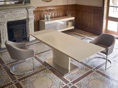Mesa de comedor JA2014, sillones tapizados F3148 y mueble auxiliar CP1110-E