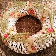 Papírból koszorút - papírfonás Grapevine Wreath, Burlap Wreath, Grape Vines, Decoupage, Home Decor, Nature, Vineyard Vines, Home Interior Design, Decoration Home