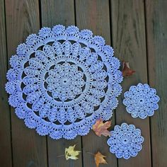 The crochet Sousplat is a piece that serves to complement the decoration of the dining table with sophistication, beauty and elegance. Mandala Au Crochet, Crochet Motif Patterns, Crochet Sunflower, Crochet Designs, Crochet Flowers, Crochet Carpet, Crochet Wool, Thread Crochet, Crochet Stitches