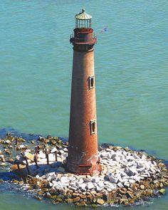 Faro de Isla Arena se encuentra en el punto más austral del estado, cerca de la isla de Dauphin, en la desembocadura de la bahía de Mobile.
