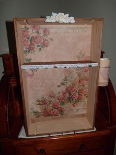 Caja de Vino Reciclada como mueble auxiliar de jardinería, decorada con papel de arroz
