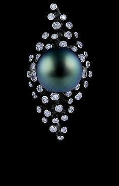 Jewellery Theatre: Jewellery Corals Limited Edition Ring,18K white gold . 73 diamonds 1,45-1,50 ct dark pearl 14,7 mm