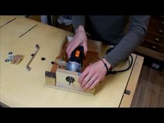How it is made this clever router and saw table for small workshops, versatile and easy to make. It includes all type of custom accessories that make work ea...