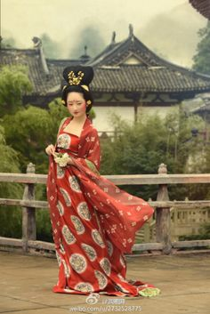 posing as a lady of Tang dynasty (618–907), hanfu revival