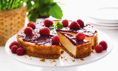 O cheesecake com doce de framboesa é a receita ideal para dias de festa. É muito bonito, saboroso e fácil de fazer. Vai fazer sucesso na sua mesa.