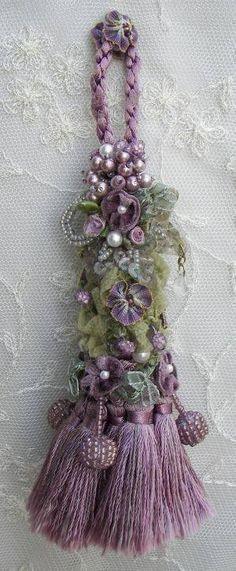j'aime les multiples pompons dans le bas et les rubans, fleurs et perles le long de la cordelière