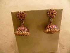 Provids wide variety of high bijou collections, old-fashioned Gold Jewelry for mothers. Gold Jhumka Earrings, Jewelry Design Earrings, Gold Earrings Designs, Ruby Jewelry, Gold Jewellery Design, Jhumka Designs, Gold Designs, Gold Jewelry Simple, Indian Jewelry
