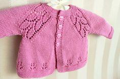 Blusa-chaquetita para bebé decorado en la parte de abajo así como en las sisas, como para 3 meses.