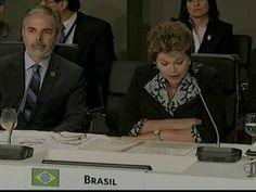 18-nov-2012 - Dilma Rousseff do Brasil discursa na Cúpula Ibero-Americana, na Espanha. Ela pediu à ONU para intermediar o fim do conflito entre Israel e a Palestina. A presidente ligou neste domingo para o Secretário Geral da ONU e também conversou a respeito com o presidente do Egito.Foto: Reprodução Globo News.