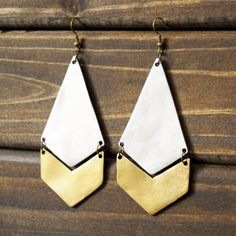nice DIY your own Anthropologie-Inspired Diamond + Arrow Earrings @ mintedstrawberry. by post_link Diy Accessories, Leather Accessories, Leather Jewelry, Metal Jewelry, Leather Craft, Diy Leather Earrings, Cheap Jewelry, Handmade Leather, Vintage Leather