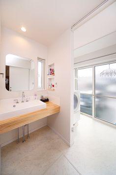 洗濯機スペース兼物干しサンルーム。洗濯機の側面にスペースが開いているのが掃除もしやすそう。 Japan House Design, My Home Design, Sister Home, Room Interior, Interior Design, Laundry In Bathroom, Washroom, Wet Rooms, Home And Deco