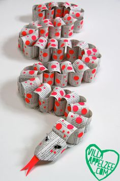 Paper chain snake by Villa Appelzee Summer Crafts For Toddlers, Animal Crafts For Kids, Paper Crafts For Kids, Toddler Crafts, Diy For Kids, Snake Crafts, Recycled Crafts Kids, Paper Chains, Paper Crafts Origami