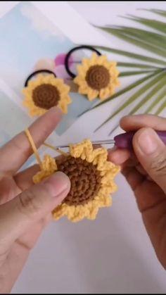 Crochet Diy, Crochet Flower Tutorial, Crochet Motifs, Crochet Flower Patterns, Crochet Designs, Crochet Flowers, Crochet Shawl, Crochet Leaves, Diy Embroidery Flowers