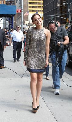 "Emma Watson, famous for her role as Hermione Granger in the recently released movie ""Harry Potter and the Deathly Hallows: Part 2"" arrives in New York City to appear on the ""Late Show With David Letterman"". Watson flaunts her short hair and wears a stunning silver Balmain Fall 2011 dress. Crediti : Zimbio Instagram : https://www.instagram.com/we.love.emma.watson.crush/ Passate dal nostro gruppo ; https://www.facebook.com/groups/445446642475974/ Twitter : https://twitter.com/GiacomaG"