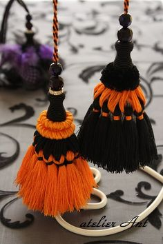 atelier Ant   キータッセル:ハロウィン Diy Tassel, Tassel Jewelry, Fabric Jewelry, Saree Tassels Designs, Hand Embroidery, Embroidery Designs, Glands, Thread Jewellery, Passementerie